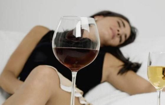 Како алкохолот ги брише спомените?