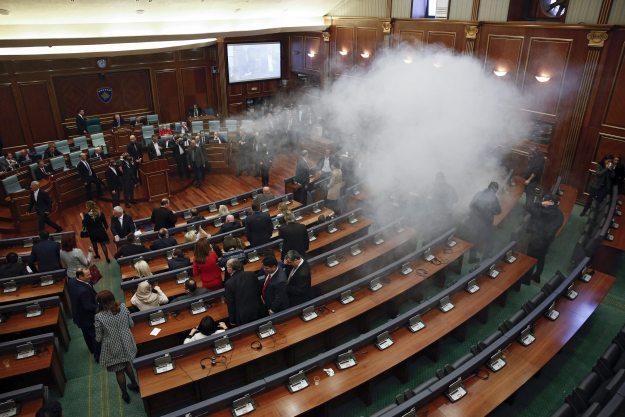 Димна бомба фрлена во косовското Собрание