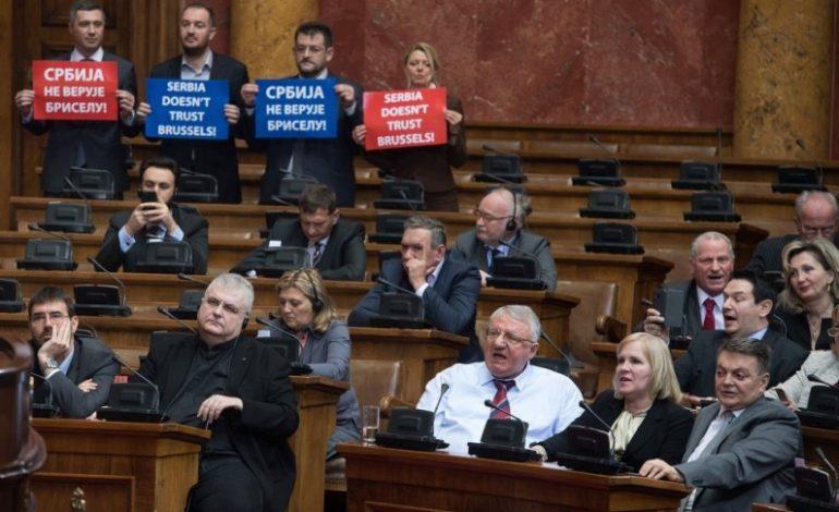 ВИДЕО:  Циркус за време на обраќањето на Могерини во српското Собрание