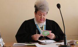 Судијка со својот застрашувачки изглед стана хит на интернет