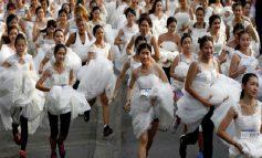 ТРКА НА НЕВЕСТИ: 250 парови во венчаници и одела се бореа за вредни награди