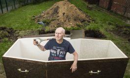ФОТО: Три дена жив закопан лежел во гроб и вршел пренос