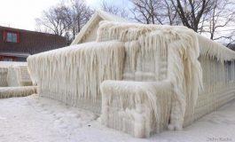 Замрзна куќа на брегот на езерото Онтарио