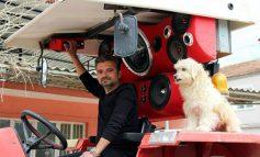 Турски фармер вгради опрема од 1.800 евра во својот трактор, и сега е главна атракција на нивата (видео)