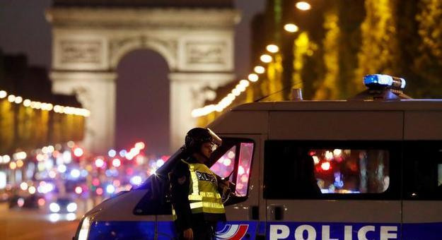 Полицаец убиен во престрелка на Елисејските полиња во Париз