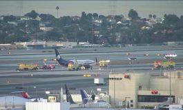 ВИДЕО:   Осуммина повредени при судир на авион со камион на аеродромот во Лос Анџелес