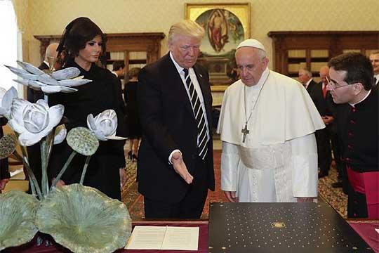 Папата Франциско ја праша Меланија дали Трамп го храни со пица