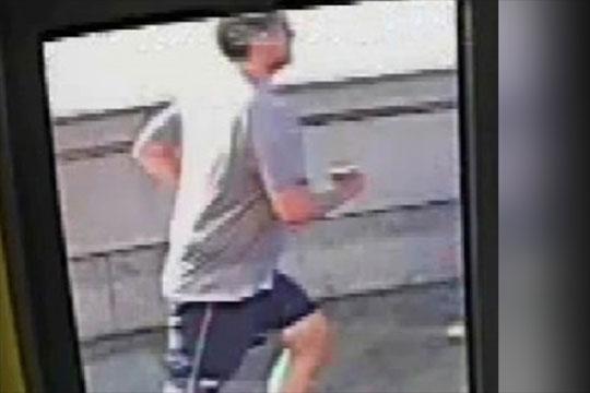 ВИДЕО:   Уапсен џогер во Лондон кој турнал жена пред градски автобус
