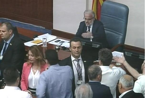 Мал инцидент во Собранието – кој му ја извади картицата на Џафери?