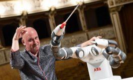 ВИДЕО: Роботот Ју Ми -диригент на концерт на Бочели