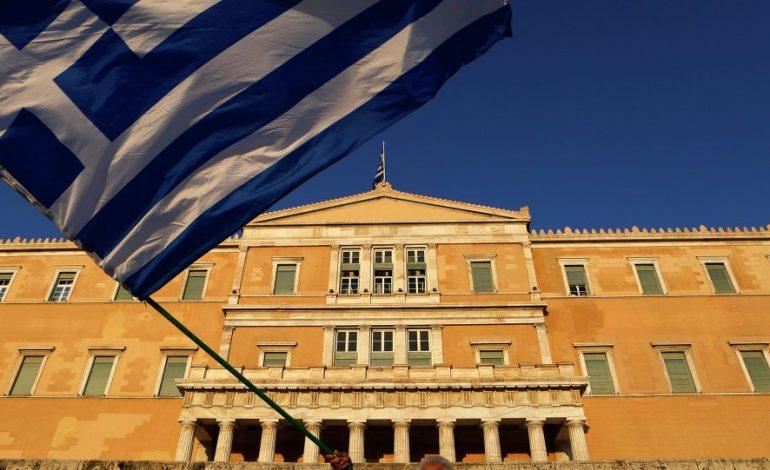 Грците бараат спас во надуставна сила откако Заев го чепна нивниот устав