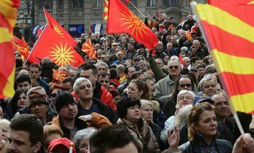 Демонстранти го ,,пречекаа,, Коѕиас во Скопје